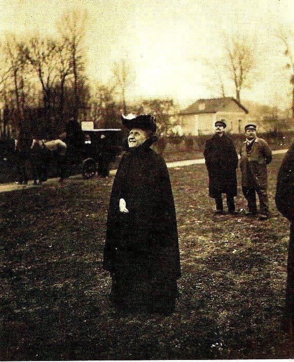 A Princesa Isabel acompanha o lançamento do 14-Bis em 23 de outubro de 1906(Terça-Feira), no campo de Bagatelle, em Paris.
