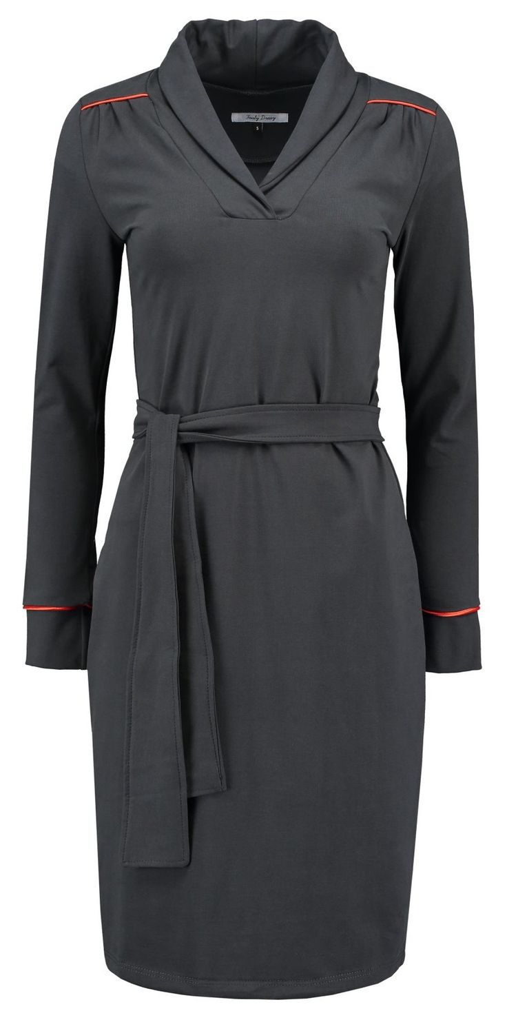 Grijze jurk met sjaalkraag van dikke kwaliteit jersey. Door de sjaalkraag is de jurk behaaglijk warm rond de nek. De jurk is gemaakt van biologisch katoen, GOTS gecertificeerd. Bij de schouderpas en mouw een opvallende bies in de kleur oranje. De tailleband is naar eigen inzicht rond je middel te knopen. Samenstelling: 92% GOTS gecertificeerd […]