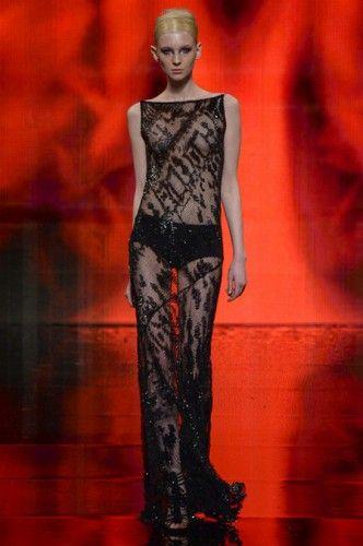 Donna Karan - Για όσους δεν το γνωρίζουν, η Donna Karan φέτος κλείνει τα 30 της χρόνια στον χώρο της  μόδας και αποφάσισε να το γιορτάσει με μια συλλογή αφιερωμένη στην πόλη που την ανέδειξε, τη Νέα Υόρκη. Έτσι τόσο τα χρώματα, όσο και οι γραμμές θύμιζαν τη μεγαλούπολη με αποκορύφωμα τα ρούχα με το χρυσό print, που έμοιαζαν με τοπίο του Manhattan. Highlights της συλλογής ήταν κάποια εντυπωσιακά headpieces, οι thigh high μπότες, και οι διαφάνειες που είδαμε στο τέλος.