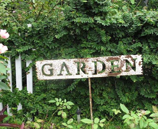 I need a big old sign for  my garden.....: Gardens Ideas, Italian Girls, Garden Signs, Rustic Gardens, Metals Signs, Cottages Gardens, Gardens Inspiration, Cottage Gardens, Gardens Signs
