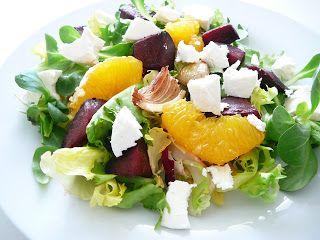 Delicious blog: Salát s červenou řepou, pomerančem, karamelizovanou cibulkou a kozím sýrem