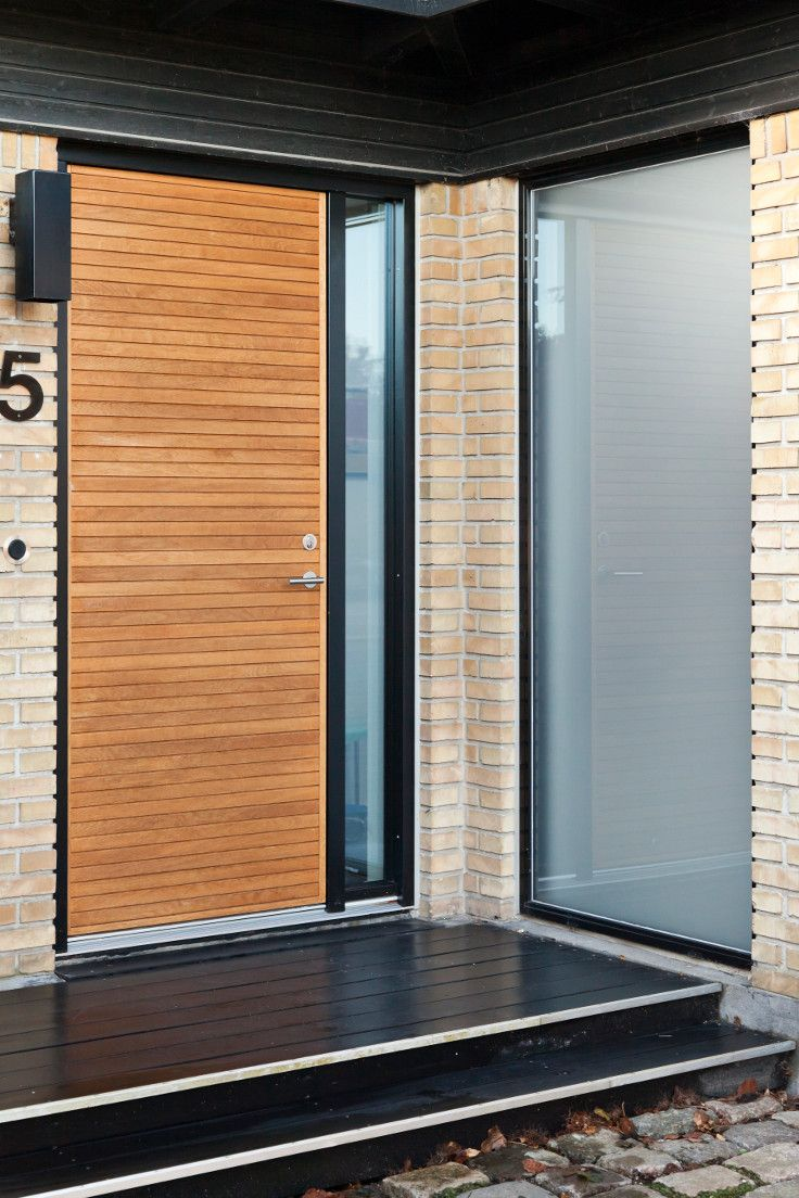 Vahle design and develop the JE-trae front door. This particular door is model Aros in light oak, and it was recently fitted for a client. #vahledoor #jetrae #aros #frontdoor #door #woodwork #oak
