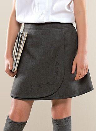 Falda escolar con bordado
