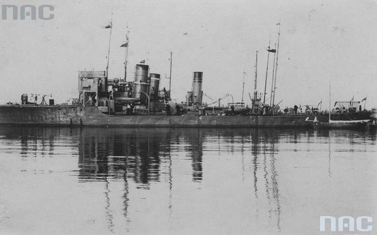 Port Marynarki Wojennej w Gdyni – okręty wojenne w porcie W 1924 roku do Gdyni przeniesiono Dowództwo Floty Marynarki Wojennej. Natomiast 10 lutego 1926 roku miasto, w szóstą rocznicę zaślubin Polski z morzem, otrzymało prawa miejskie.