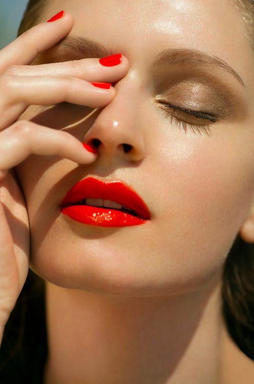 Rosso acceso mani labbra