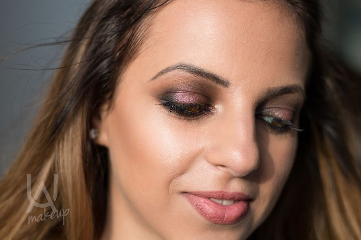Soft pink touches in textured eye colors