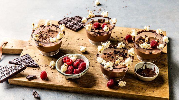 En deilig sjokoladedessert. Som blir enda deiligere om du serverer den med friske bringebær, appelsinsalat, popcorn og hakket sjokolade.