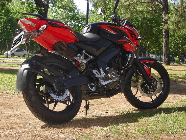 """Bajaj Rouser NS 200. Así se llama en Argentina la Pulsar NS 200. Resulta que aquí, Pulsar está registrado por otra marca de motocicletas, por eso Bajaj tuvo que """"bautizarla"""" con otro nombre para venderla en Argentina..."""