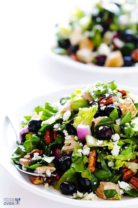 Pollo + lechuga + arándanos + pacanas tostadas + cebolla roja + queso azul + vinagreta de Dijón = SÍ POR FAVORObtén la receta.