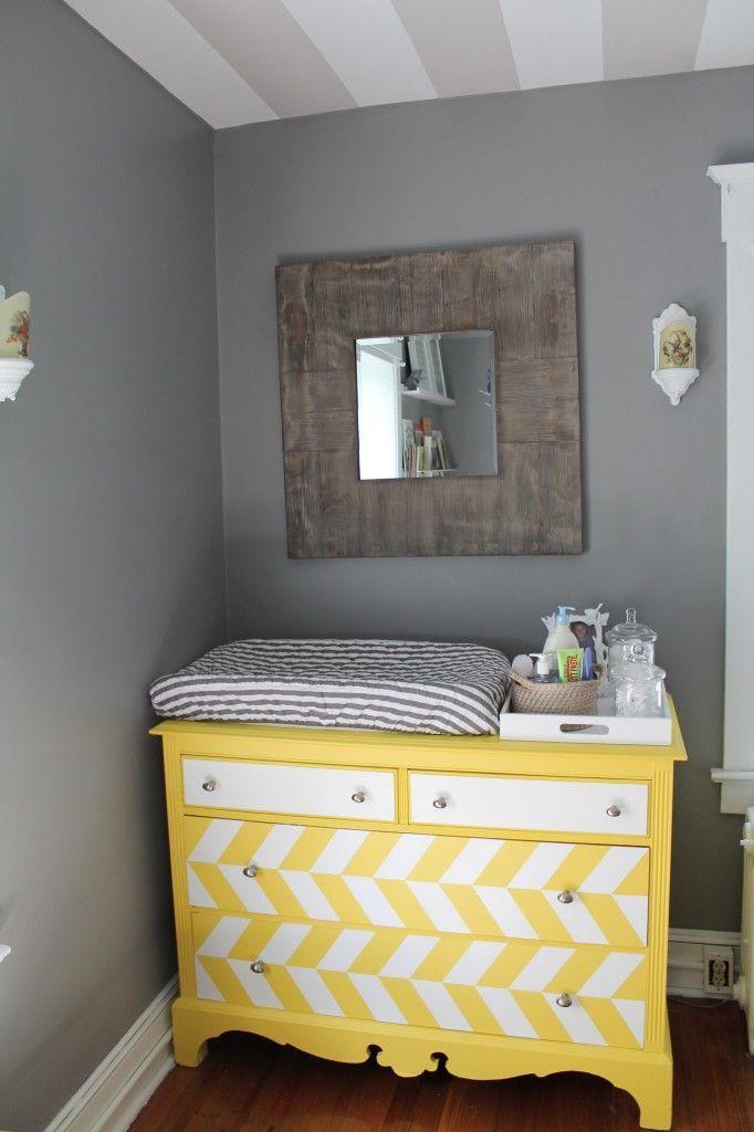 Na hora de pensar a decoração do quarto do bebê é importante pensar em um lugar específico para trocar a fralda.