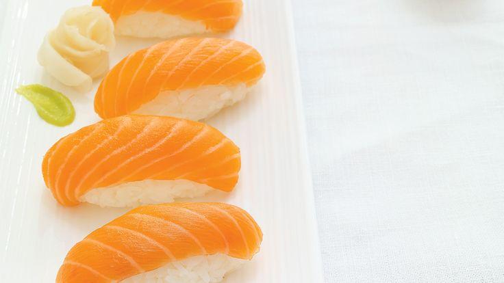 Ricardo explique comment couper du saumon cru et préparer le riz pour cuisiner des nigiris au saumon maison.