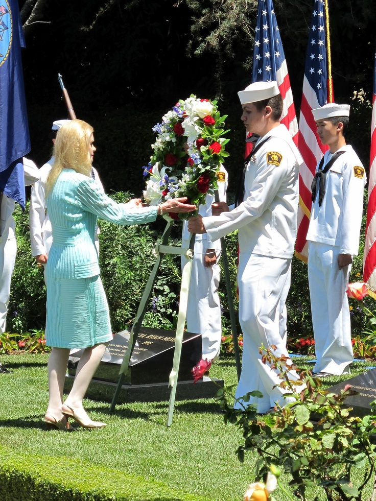 Tricia Nixon Cox lays a wreath at the graves of Richard and Pat Nixon during the 20th Anniversary Celebration of the Nixon Library.