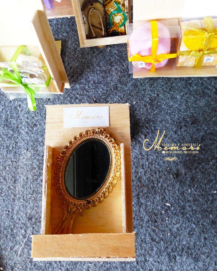 Cermin Gagang.....   Aneka macam souvenir mulai dari harga 1000 sista bisa dilihat-lihat atau samperin langsung basecam kami di Jln Sriwijaya (timur epic.mall) More info 081917457928 atau pin di 7C21090B  #memorisouvenir #gadweddingorganizer #lomboksouvenir #souvenirmurah