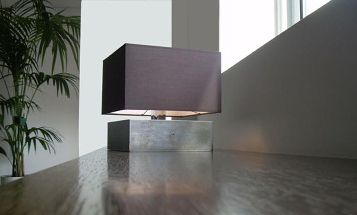 Quadra: Lampada da tavolo  Struttura in ferro ossidato  dimensioni struttura  23x23x8 cm  25x25x8 cm     dimensioni paralume  26x26x16 cm  28x28x20 cm   struttura ferro ossidato   paralume tessuto   lampada a incandescenza 1 x max 100W