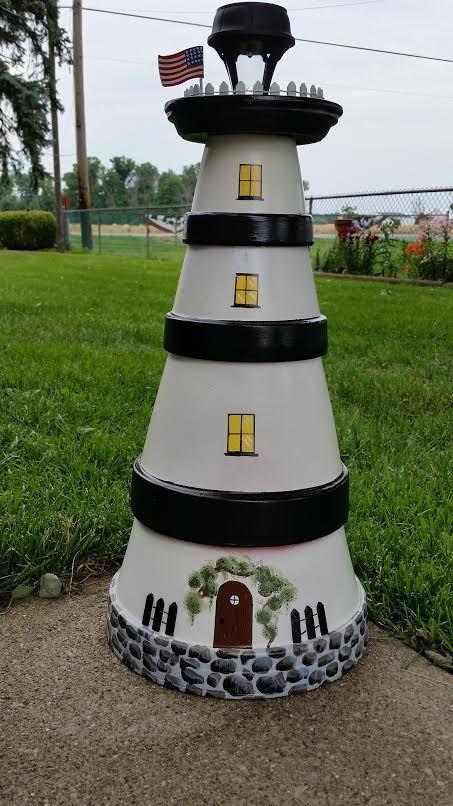 Der Leuchtturm, den ich aus Terrakottatöpfen und Untertassen mit einem Solarlicht im …