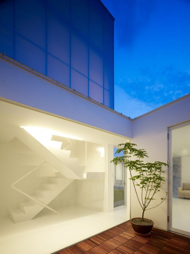 Sundial House / Hironaka Ogawa & Associates like the white, the stair hand rail can be stainless and the wooden floors should be in bigger blocks