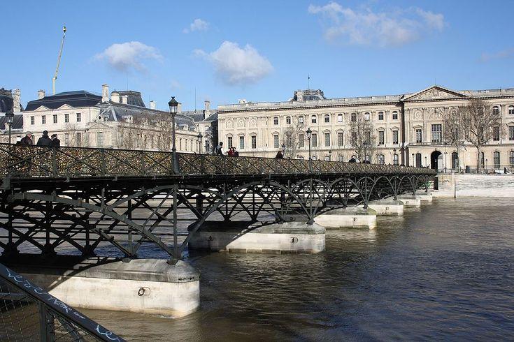 Мост Искусств — первый железный мост Парижа через реку Сену
