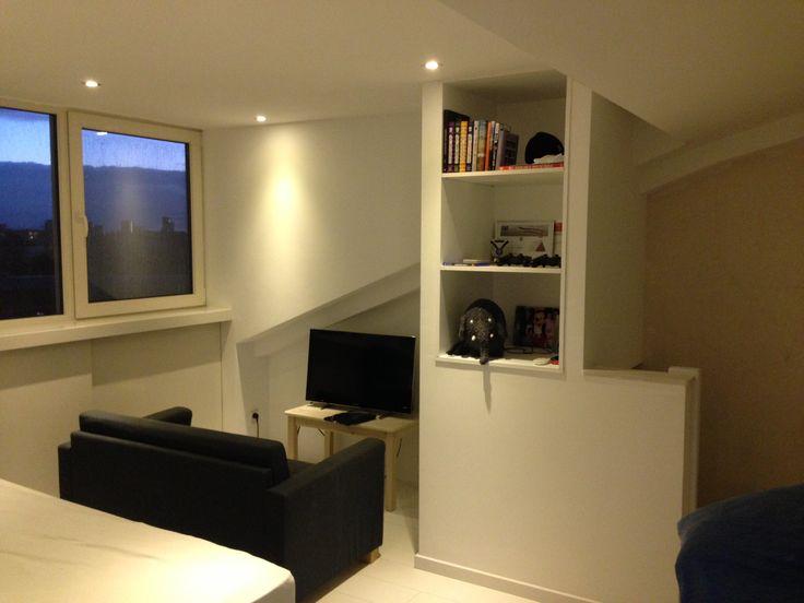 Zolderkamer met kast boven trapgat