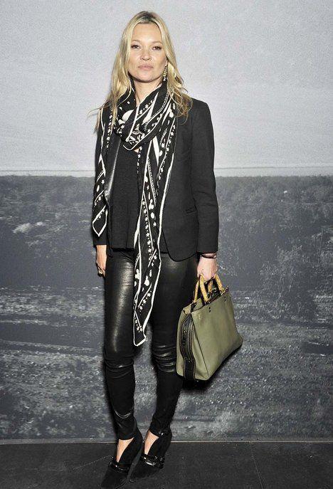 Bez úzkých kožených kalhot by to nebyla Kate. Tento dost odvážný kousek nejčastěji dává dohromady s elegantním černým sakem a celočerný outfit rozbije výrazným šátkem. Boty na jehlovém podpatku nesmí chybět; Profimedia