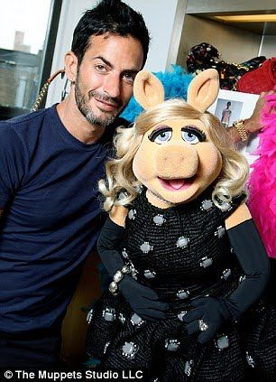Marc Jacob's newest muse is famous, glamorous and pink from head-to-toe. Who is it, you ask? None other than my childhood idol, Miss Piggy! She had the good fortune of hanging out with the de…