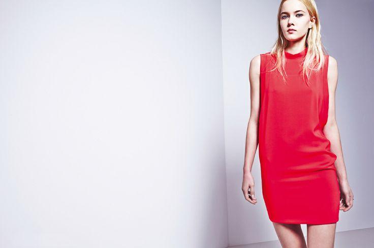 Sukienka w kolorze koralowej czerwieni.