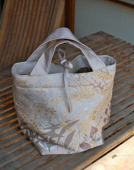 草木を織り出した名古屋帯からバッグを作りました。 汚れが多かったので使える部分が少なく 小さめのバッグになりました。