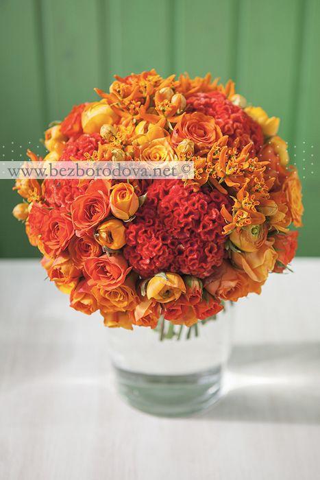 Оранжевый свадебный букет из роз и ранункулюсов