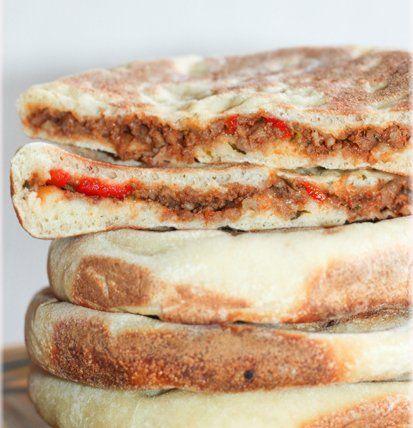 Marokkaans brood Matlouhgevuld met gehakt, paprika en kaas