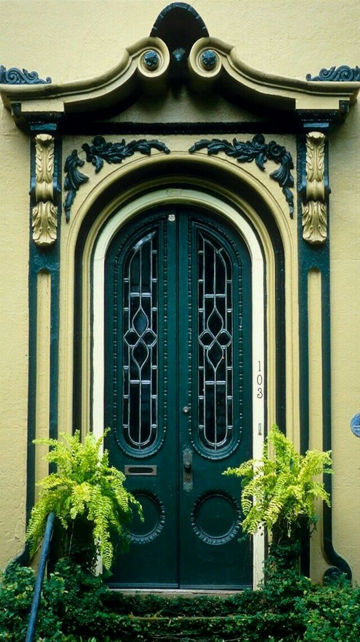 Green door in La Spezza, Italy.