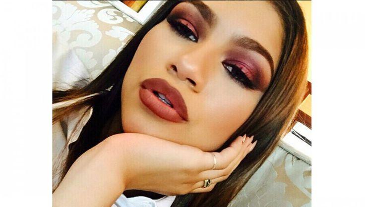 Dunkle Augenbrauen, matter Teint – It-Girl Zendaya mit 90s-Make-Up. - Instagram