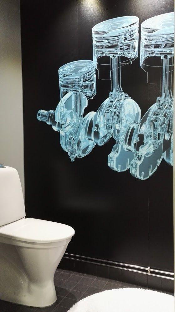 Autoliikkeen entertainmet WC  tilat. Seinällä näyttävä fototapetti.