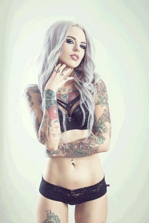 татуировки на руках у девушки
