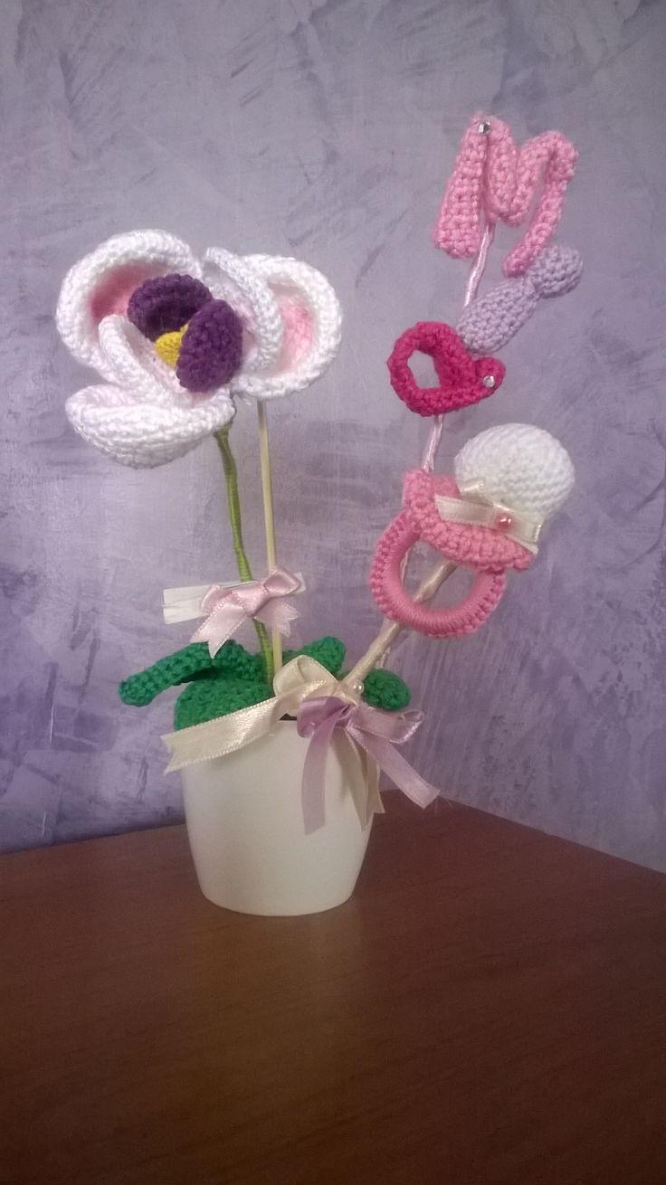 vasetto di orchidee con  ciuccio e con il nome della bimba