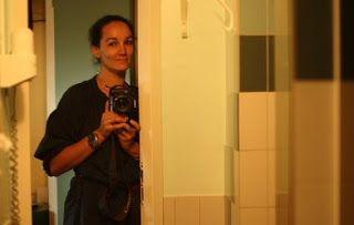 Josephine Douet fue testigo de cómo los sueños de Valentino, Dior o Chanel comenzaron a cobrar forma tras las bambalinas de las pasarelas. Desde esa perspectiva privilegiada pudo capturar con su objetivo imágenes intimistas, muchas de ellas en blanco y negro, como sacadas de una realidad onírica, que muestran una magia tejida a base de plisados, lentejuelas y puntadas dadas a mano e instantes fugaces de los desfiles en los que el tiempo parece haberse detenido.