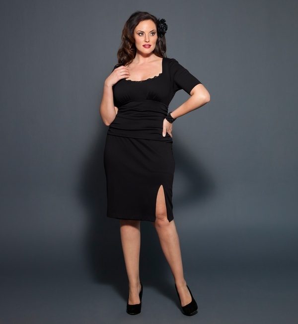 We love the curve hugging silhouette of the Plus Size Dollface Dress by Kiyonna. With a sexy slit that shows a hint of skin and a touch of black lace trim, this is the perfect cocktail dress to turn heads. Add a pop of color with a fun fascinator, sultry color saturated satin pumps and a bold red lip for a perfect retro glam, pin-up look. This cocktail dress is a keeper and perfect for any emergency special occasion you may have. #plussize #kiyonna