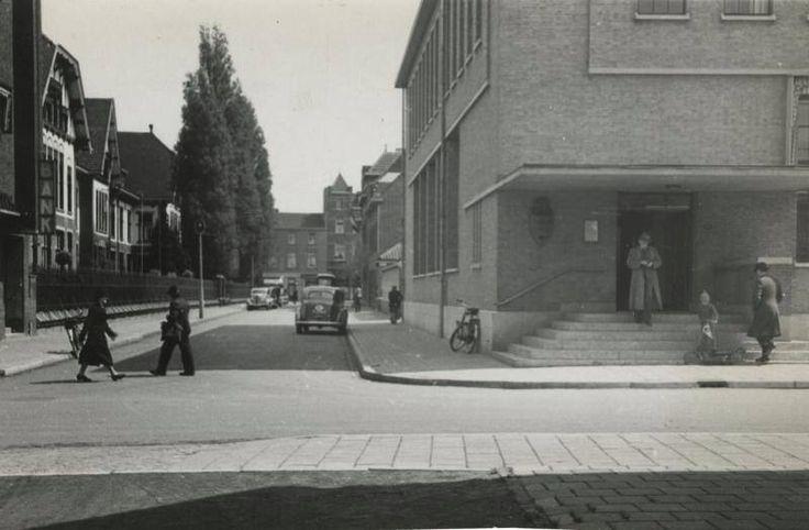 """Hoek Honigmannstraat met de van der Maessenstraat met rechts het oude postkantoor en links nog """"de boerderij"""""""