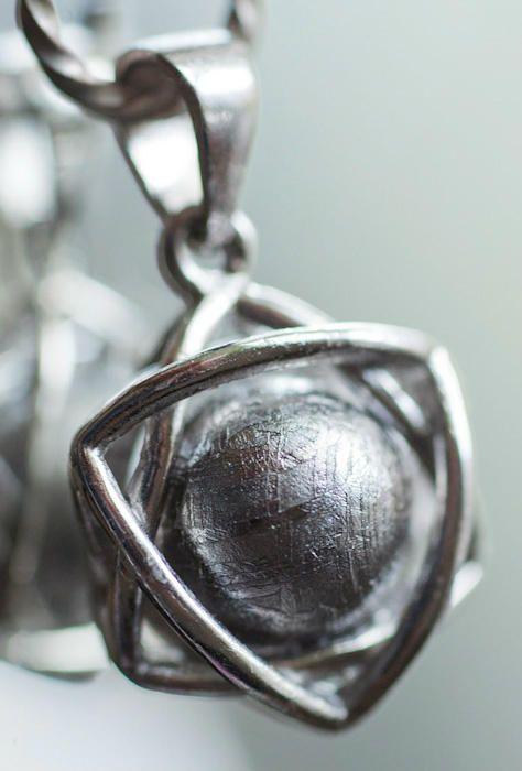 今日はジュエリーの撮影してます。  写真は「ギベオン(隕石)」この天然で出来た模様がすばらしい!「天恵洞」さん  luzfoto(ラズフォト)@kunisawatoros   2012.8.29