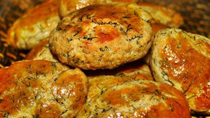 Evde Kendin Yap'ta ister kahvaltıda ister çay yanında öğleden sonra servis yapabileceğiniz Dereotlu Peynirli Poğaça Tarifi