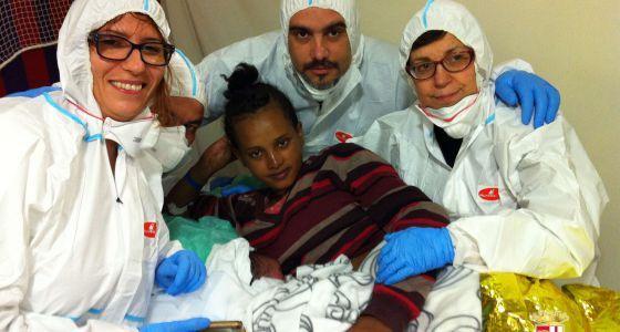 Italia rescata 1.300 inmigrantes en el Mediterráneo en un día | A bordo de una de las naves de rescate arribadas este viernes, la Etna, dotada de servicios médicos, una mujer nigeriana daba a luz a un niño el día de Navidad.