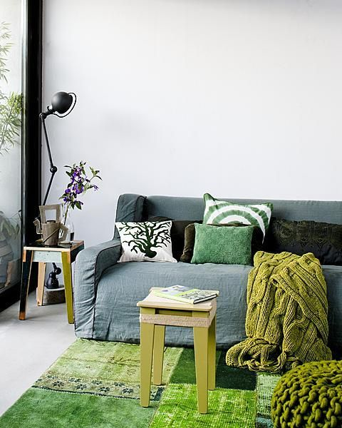 color inspiration - throw - stool - cushions - livingroom - bank - groene kruk - poef