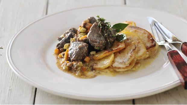 Zvěřina potřebuje čas. Když jí ho dáte, předvede vám sílu, kterou v sobě má. My pro vás máme tradiční italský recept na maso pečené v mléce, díky čemuž bude neuvěřitelně šťavnaté. Mléko dodá skvělou chuť i bramborám.