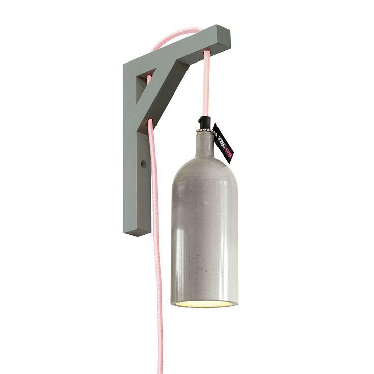 De glanzende betonnen wandlamp van KIKKE & HEBBE is een stoer detail voor elke ruimte. - bijvoorbeeld als leeslampje in mijn slaapkamer?