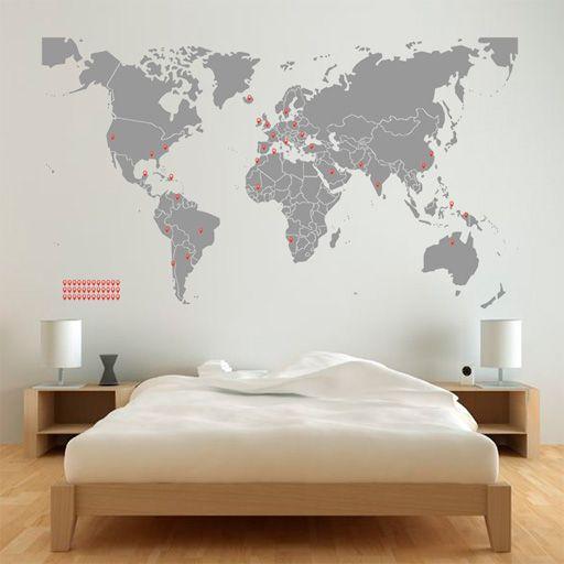 Mapa (de vinilo) en un color y marcadores (de vinilo) en otro color. A los viajeros nos encanta marcar los países que hemos visitado. =)