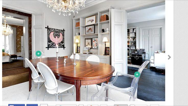 Matsalsbord + stolar och bokhylla