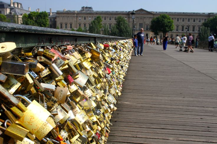 Love lock bridge paris cool locks pinterest places for Love lock bridge in paris