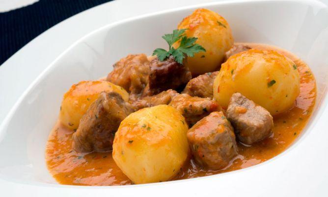 Y hoy con el frio que hace una sbuenas patatas con carne del arguinano!!