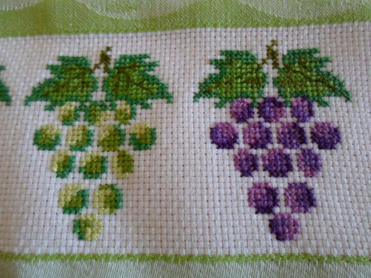 Pano de prato verde com bordado de ponto de cruz feito a mão . Acabamento com bico de crochê. Muito bonito.
