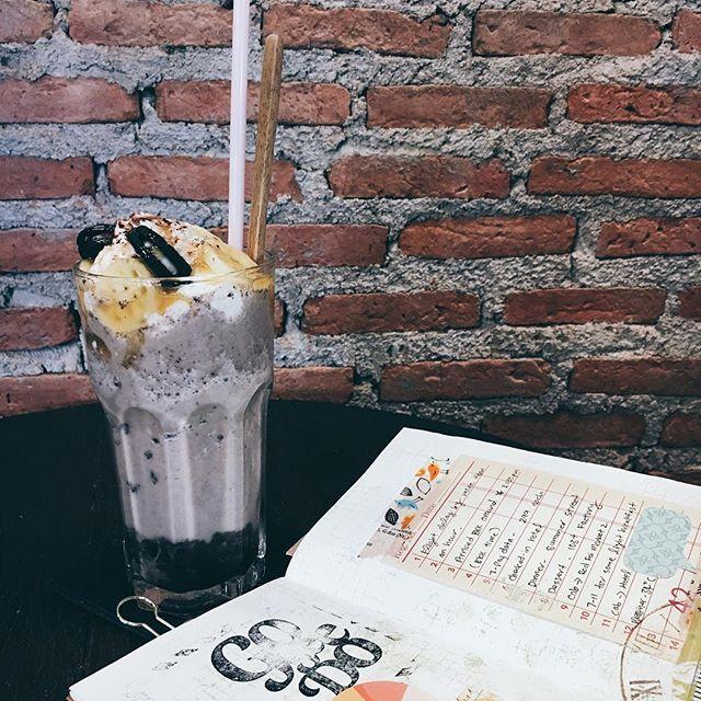 Banana Oreo smoothie. I'm going to make this at home, minus some sugar.