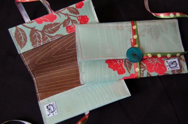 Porte-cartes et pochette fourre toutvendus ensemble ou séparémentréalisés en papier à motifs, couvert de toile cirée transparente et cousuModèles uniques
