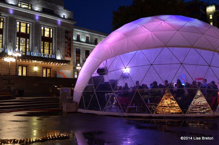 Tente et Place du Festival à Place D'Youville dans le Vieux-Québec // Crédit photo Lise Breton